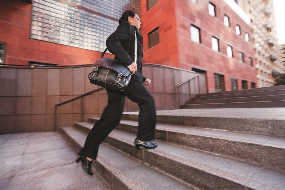 Mujer subiendo escalera Getty