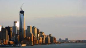 Vista de la parte baja de Manhattan, se aprecia la torre punto de terminar que reemplaza a las Torres Gemelas destruidas el 11 de septiembre de 2001.