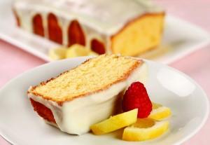 Pastel a base de mantequilla con glaseado de limón y ganache de chocolate blanco
