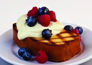 Pastel a base de mantequilla al horno con frutos rojos