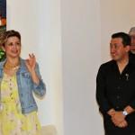 La consul de cultura y comunicaciones del consulado de Colombia en Nueva York Adriana Aristizabal abre oficialmente la muestra.