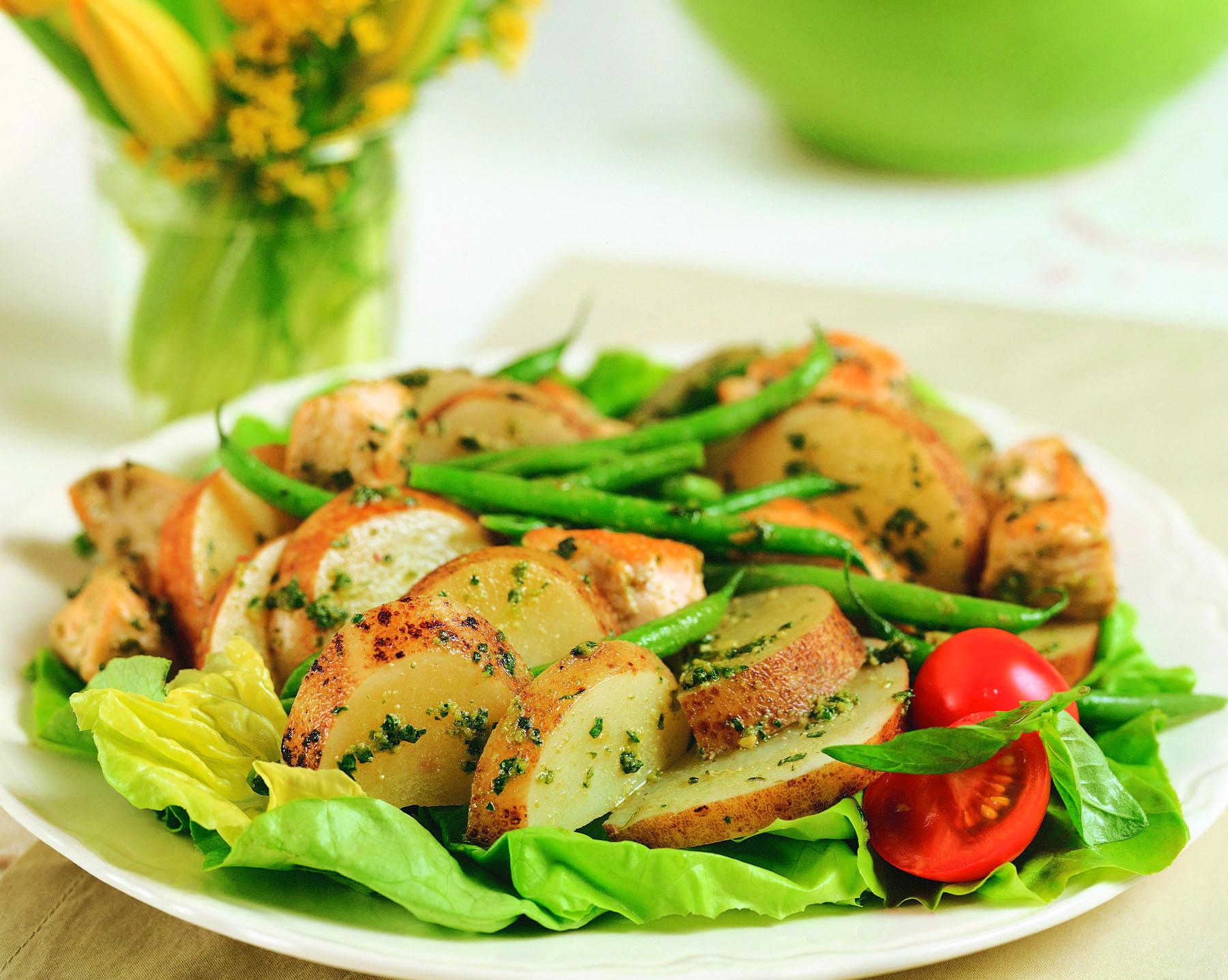 Ensalada de papas y pollo al pesto