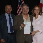 Esteban Torres recibe premio. (Foto Comisionado de cultura Dominicana)