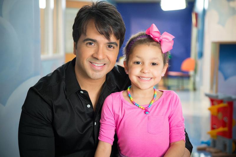 Luis Fonsi con Izarah paciente del St Jude hospital. Foto PRnewswire