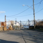 Porton del muelle de los camiones de la morgue. Paso restringido bajo amenaza de detención y multa. (Foto Nueva York Digital)