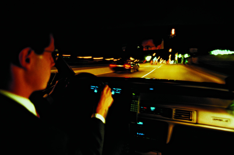 Conduciendo en la oscuridad, protéjase detrás del volante