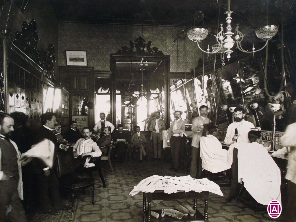 """""""Peluquería de moda. Casa Ruiz y Roca, Sarmiento y Florida. Autor: Colección Witcomb/Archivo General de la Nación, Argentina. Año: 1886."""