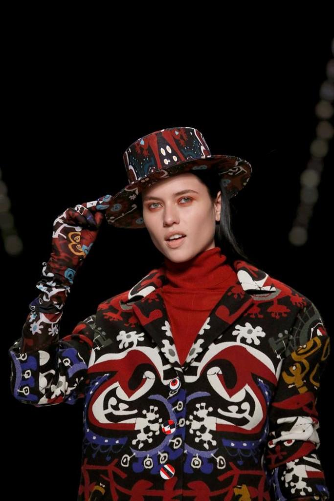 Una modelo luce una creación de la marca española Desigual durante de la presentación de su colección otoño/invierno 2016 en la primera jornada de la Semana de la Moda de Nueva York EFE/Kena Betancur